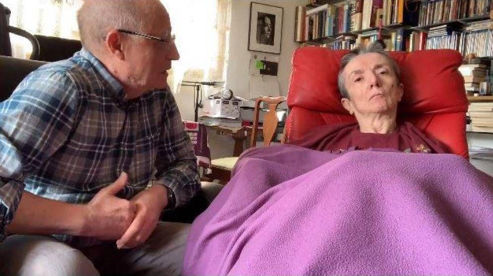 Foto: Ángel Hernández, junto a su mujer en un momento del vídeo. (CC)