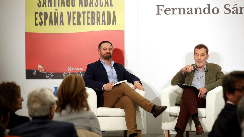 Foto: El presidente de Vox, Santiago Abascal (i), acompaña al escritor Fernando Sánchez Dragó (d) durante la presentación de su libro 'Santiago Abascal. España vertebrada'. (EFE)