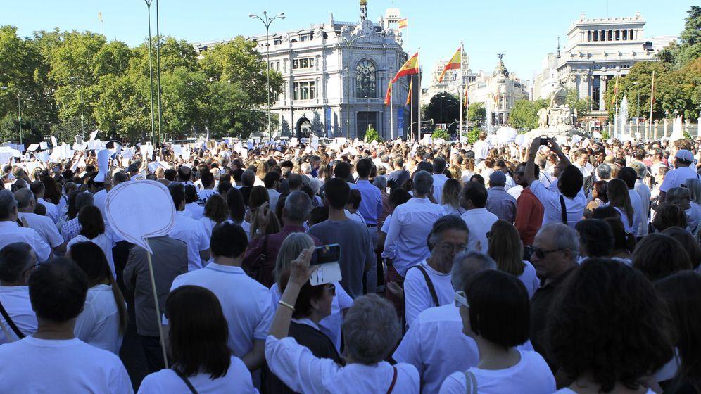 Foto: Participantes en la manifestación convocada por la plataforma Parlem, Hablemos en la plaza de Cibeles de Madrid. (EFE)