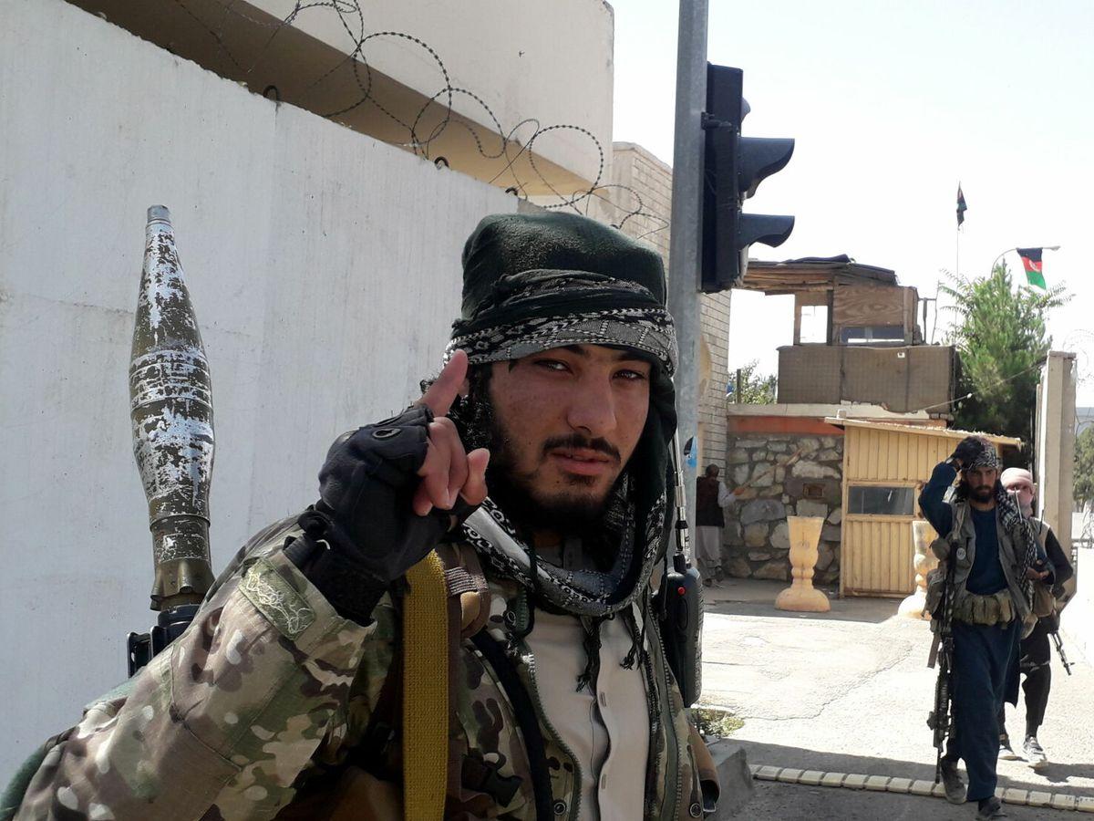 Foto: Milicianos talibanes patrullan tras tomar el control de Ghazni. (EFE)