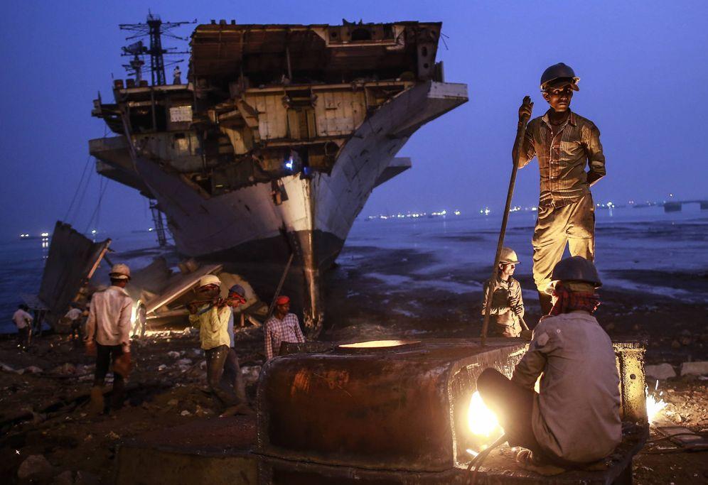 Foto: Varios indios trabajan en el desguace de un barco en Bombay. (Reuters)