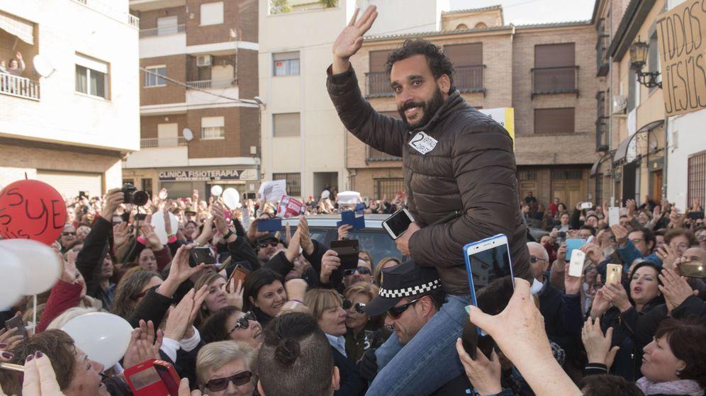 Foto: El médico Jesús Candel, 'Spiriman', sale a hombros del Juzgado de Paz de Albolote (Granada). (EFE)