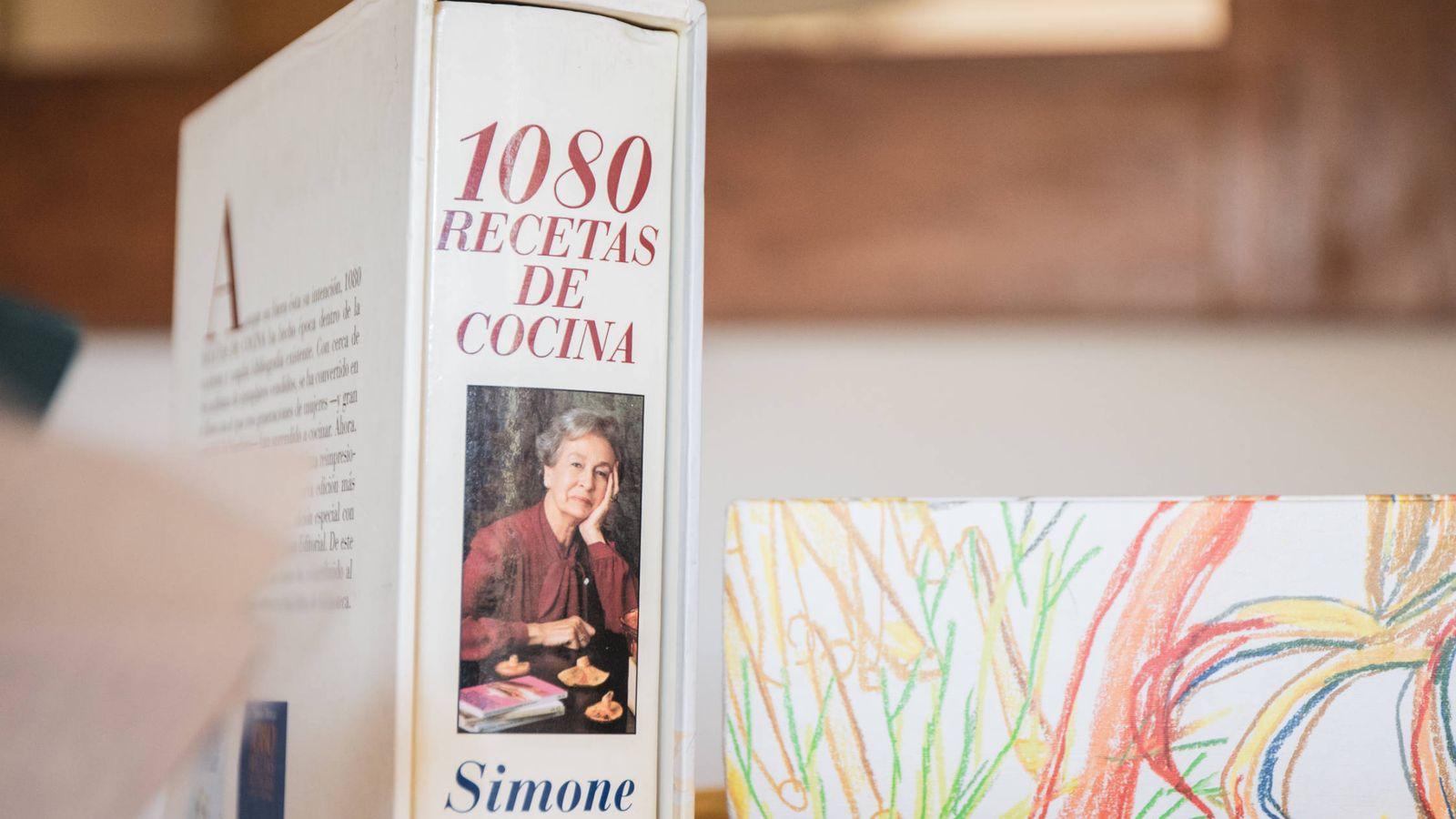 Foto: Una de las copias de '1.080 recetas' de su hija, Inés. Al fondo, una de las ediciones internacionales de Phaidon. (Foto: Jorge Álvarez Manzano)
