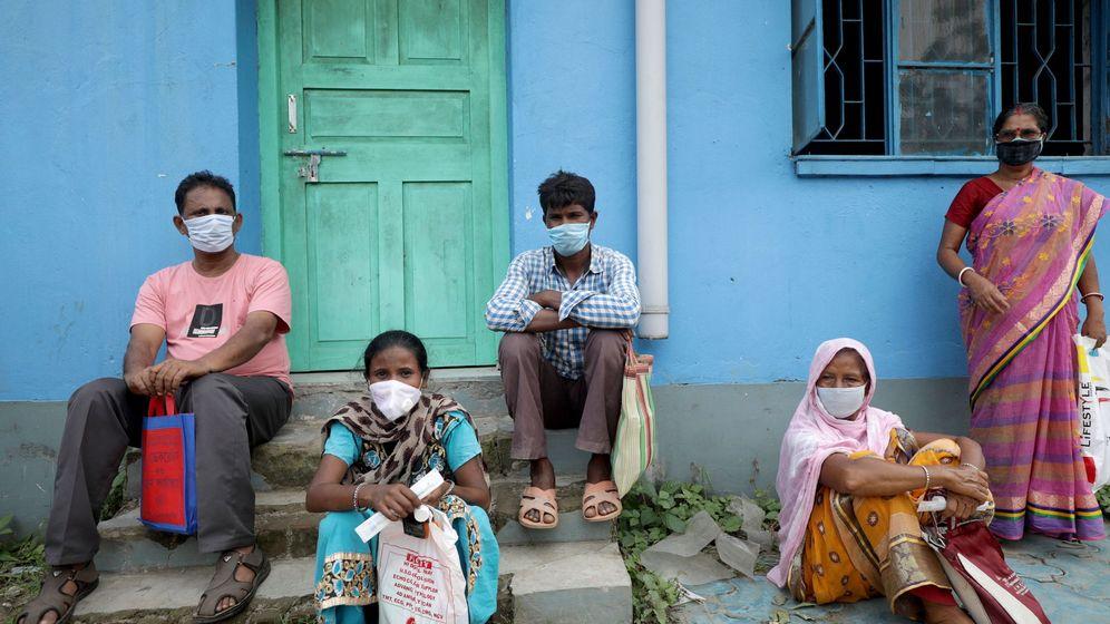 Foto: Gente esperando sus test rápidos de coronavirus en un centro de salud de Calcuta. (EFE)