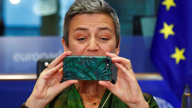 Vestager saca una foto durante su audiencia como vicepresidenta ejecutiva de la Comisión Europea. (Reuters)