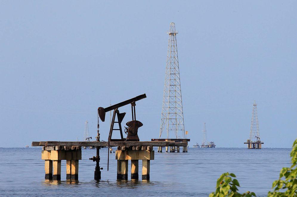 Foto: Explotación petrolera en Lago Maracaibo, en Cabimas, Venezuela. (Reuters)