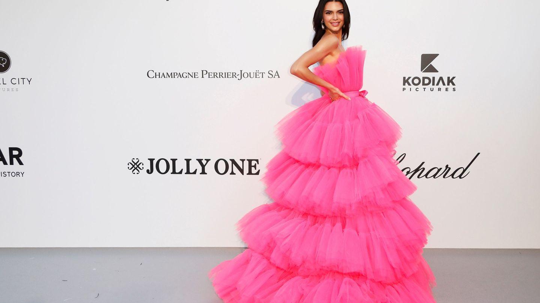 La modelo Kendall Jenner posa a su llegada a la gala amfAR con el vestido en cuestión.
