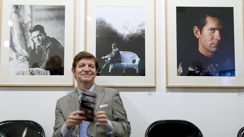 Jorge Berlanga posa ante varios retratos de su hermano Carlos en 2009. (EFE)