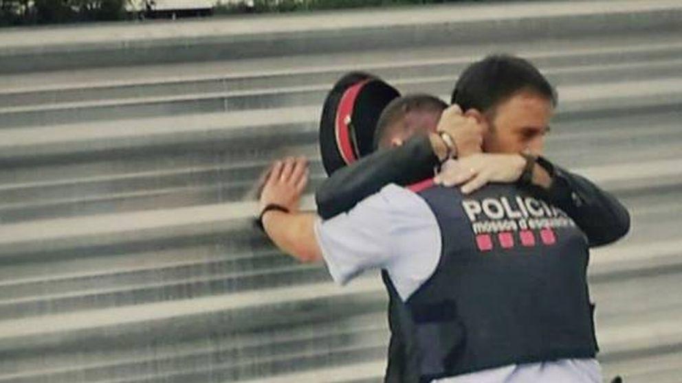 El emotivo abrazo de un civil a un Mosso consternado en Lleida