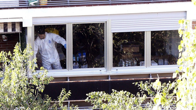 Foto: La Policía registra la casa usada por el pederasta. (EFE)