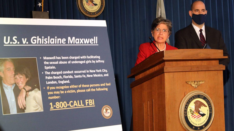 La Fiscalía, anunciando los cargos contra Maxwell tras su detención. (Getty)