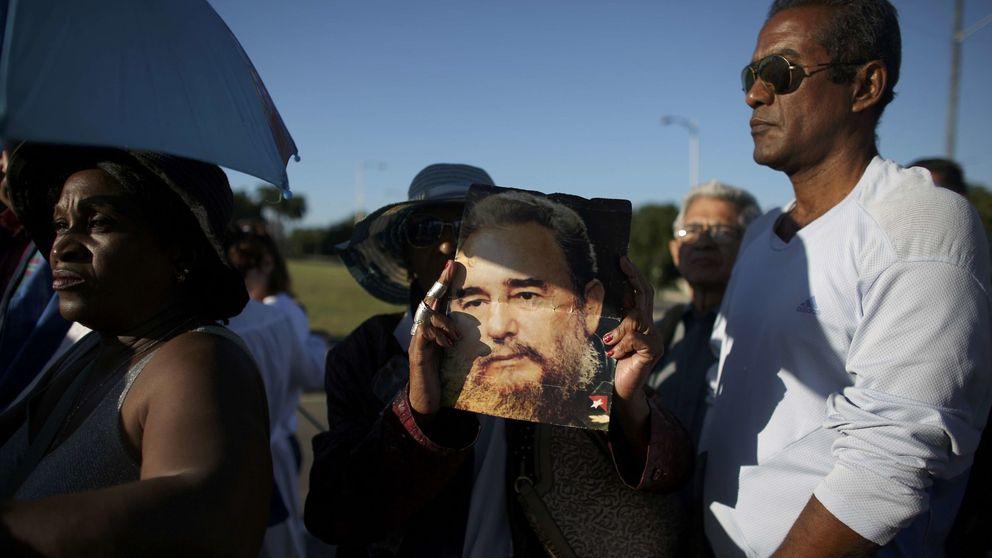Cientos de cubanos llegan a la Plaza de la Revolución para despedirse de Fidel