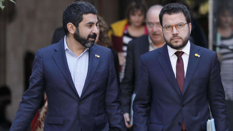 El vicepresidente de la Generalitat, Pere Aragonès, y el 'conseller' de Trabajo, Chakir El Homrani (i). (EFE)