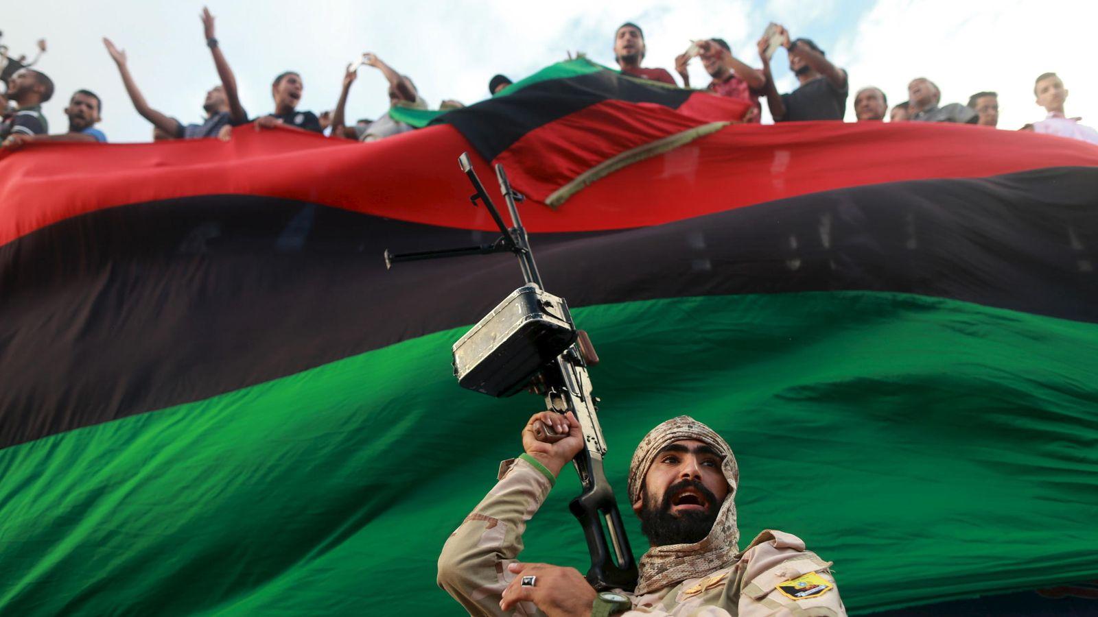 Foto: Un miliciano protege una protesta contra el gobierno de unidad propuesto por la ONU, en Benghazi (Reuters).