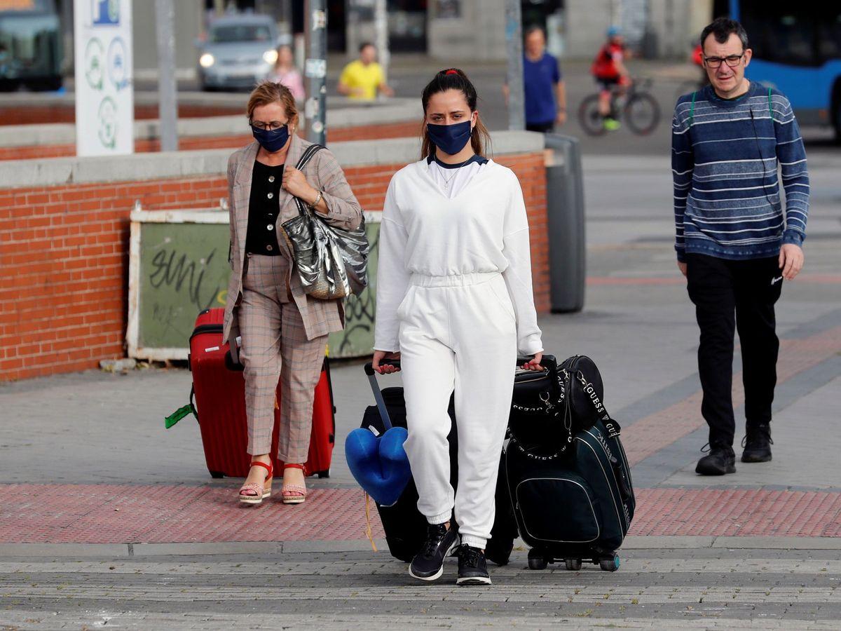 Foto: Viajeros con mascarillas en Atocha, Madrid. (EFE)