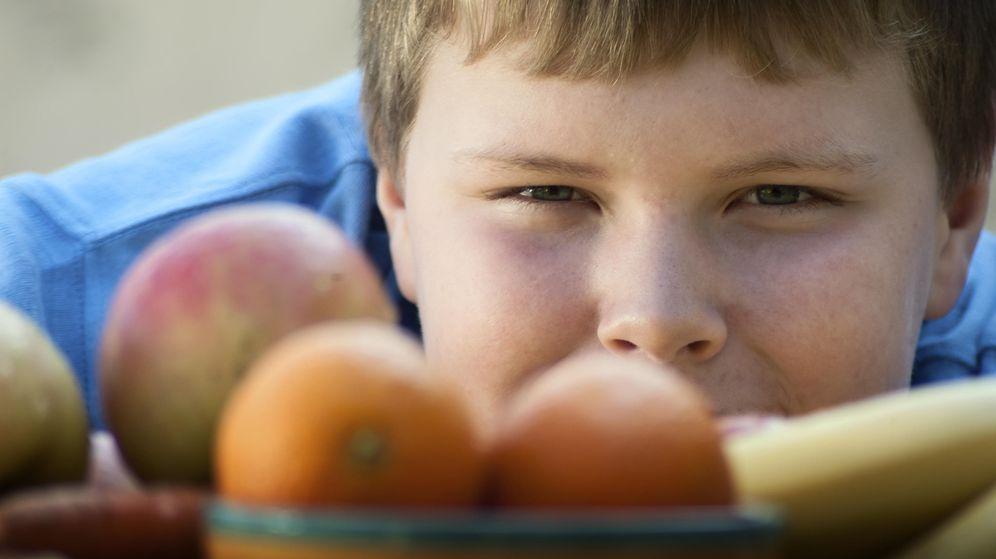 Foto: Los expertos aseguran que obligarles a comer frutas y verduras nunca es la solución. (iStock)