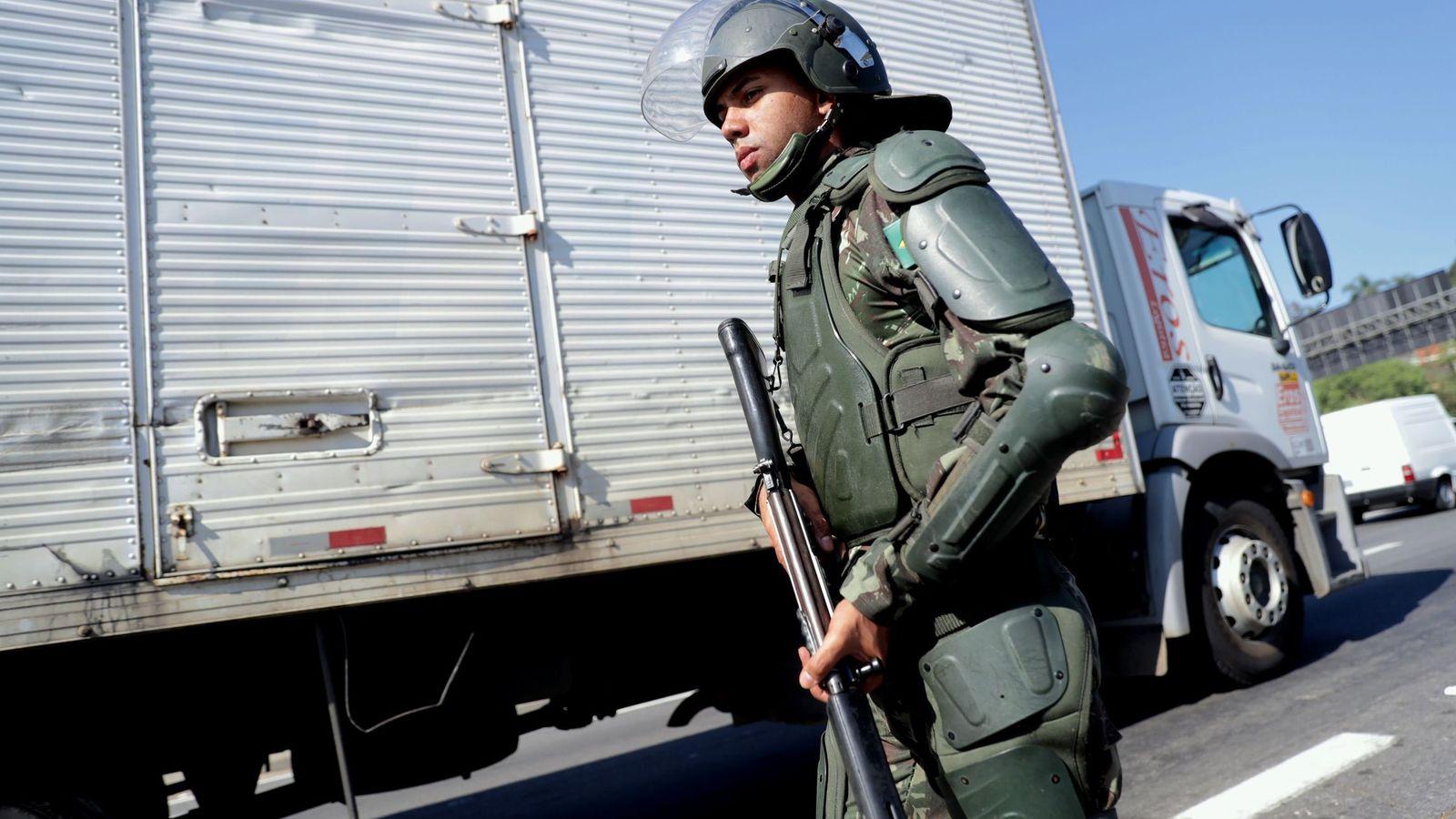 Foto: El Ejército brasileño escolta a varios camioneros que quieren retornar a sus labores, a unos 30 kilómetros de Sao Paulo. (EFE)