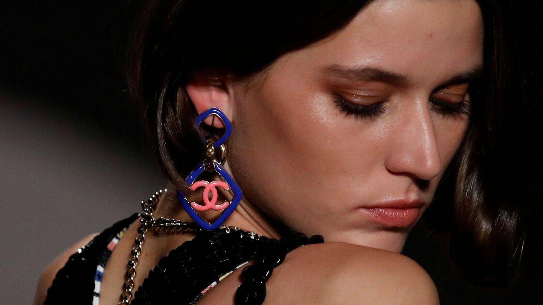 Rubor, párpados y labios maquillados con el mismo tono en el desfile de Chanel. (Reuters)