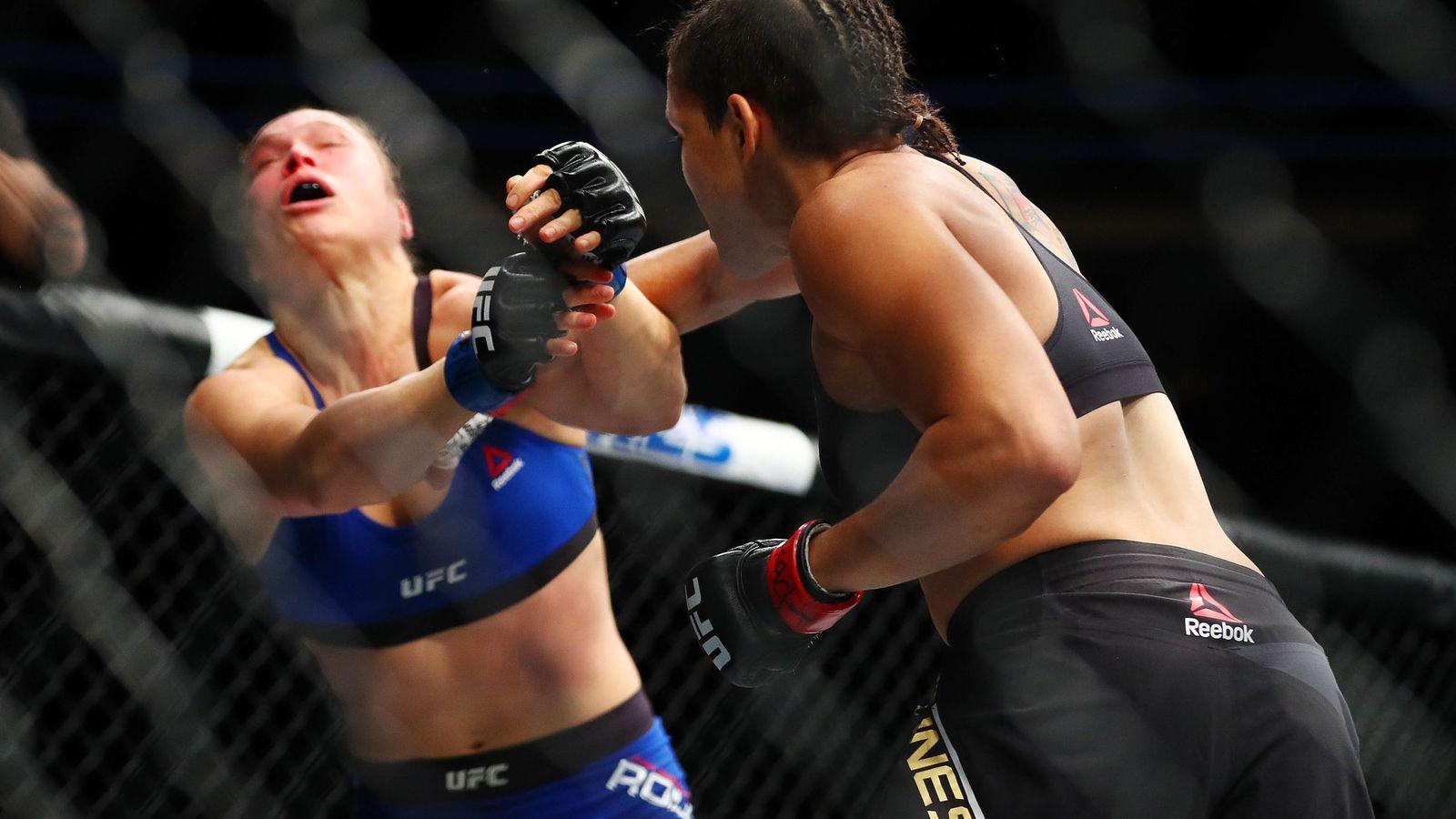 Foto: Ronda Rousey, al recibir el golpe que la hizo perder el combate (Reuters)