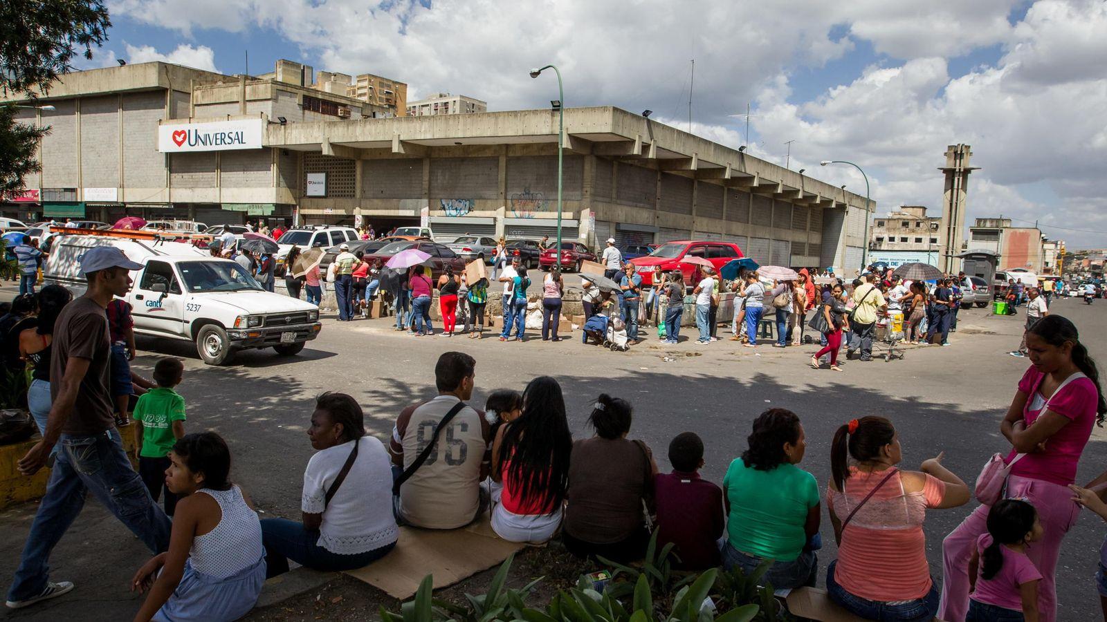 Foto: Colas para comprar productos básicos en Venezuela. (EFE)