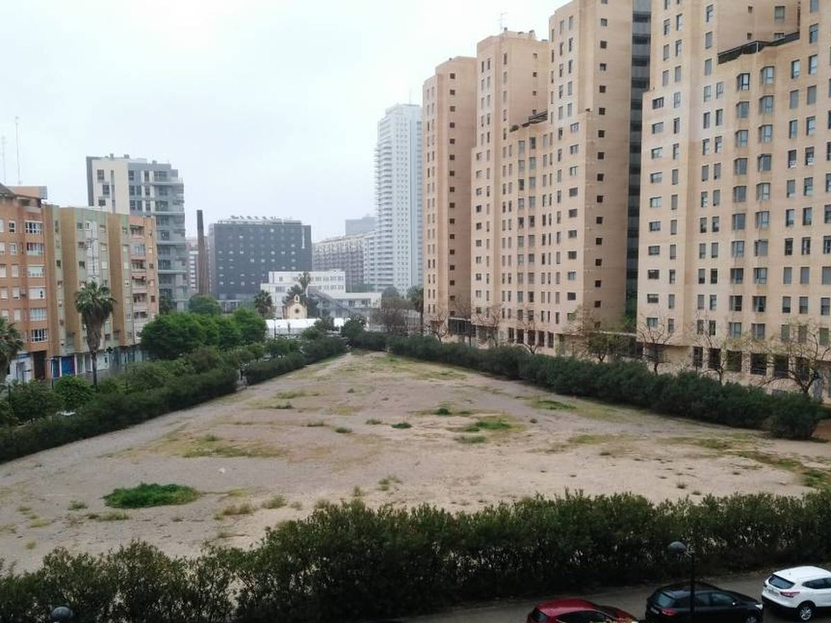 Foto: La parcela educativa tras el Paseo de la Alameda que el ayuntamiento entregará parcialmente a Guadalmedina para viviendas.