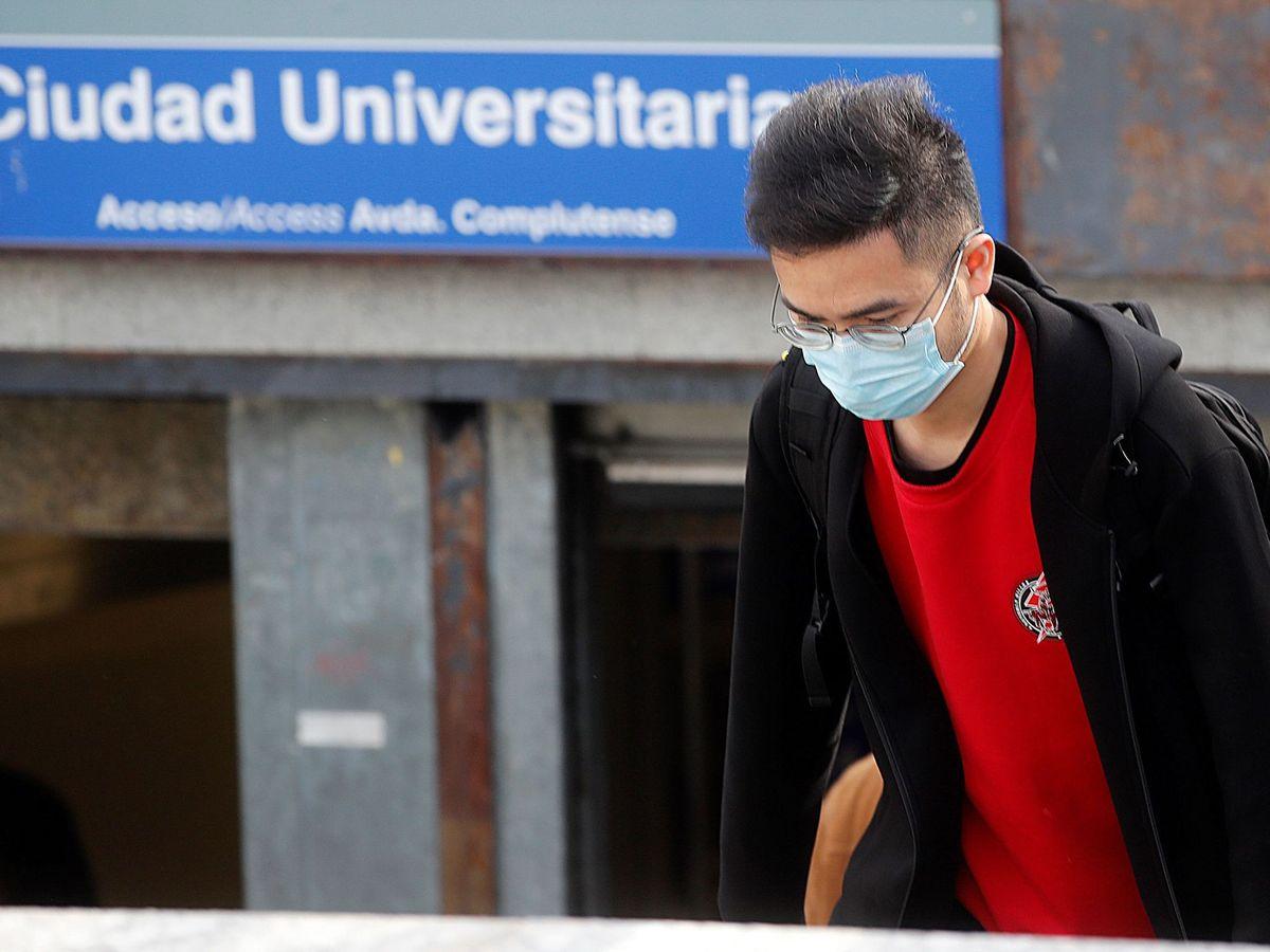 Foto: Un joven con mascarilla, en el acceso a la estación de metro de Ciudad Universitaria, cerrada desde ayer. (EFE)