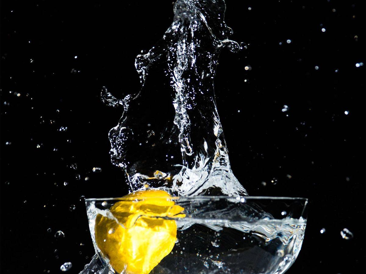 Foto: Dieta del agua para adelgazar. (Izzy Gerosa para Unsplash)