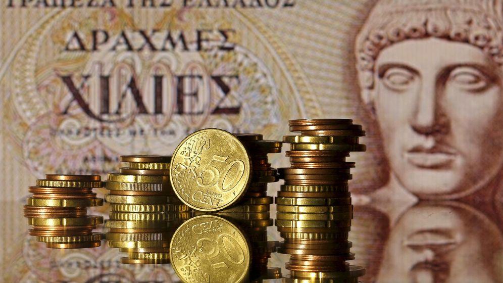 Foto: Monedas de euro delante de un billete de dragmas (Reuters)