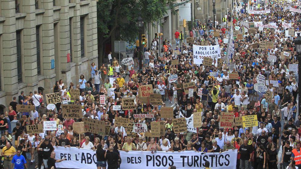 Foto: Manifestación vecinal en protesta por los pisos turísticos del barrio de la Barceloneta, en Barcelona. (EFE)