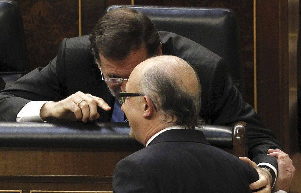 Foto: Rajoy habla con el ministro de Hacienda y Administraciones Públicas, Cristóbal Montoro en el Congreso de los Diputados. (Foto: EFE)