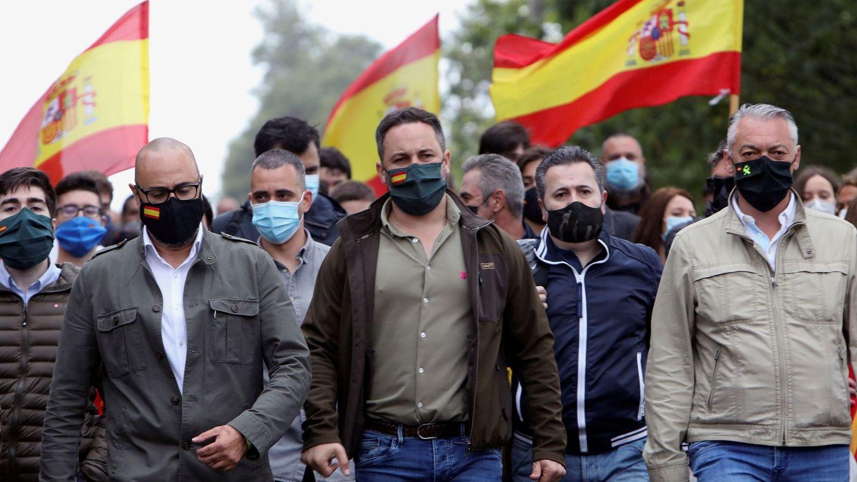 El presidente de Vox, Santiago Abascal, junto al candidato de Vox por A Coruña a las elecciones gallegas, Ricardo Morado. (EFE)
