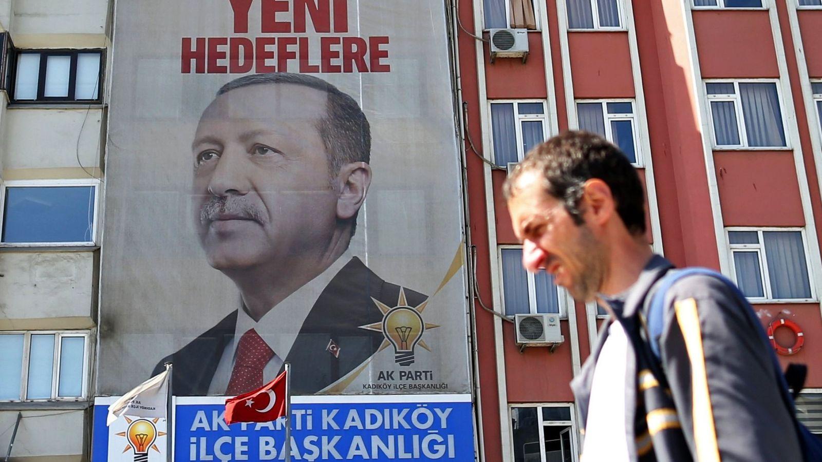 Foto: Un ciudadano pasa junto a un cartel gigante del presidente Recep Tayyip Erdogan en Estambul, el 19 de abril de 2018. (EFE)