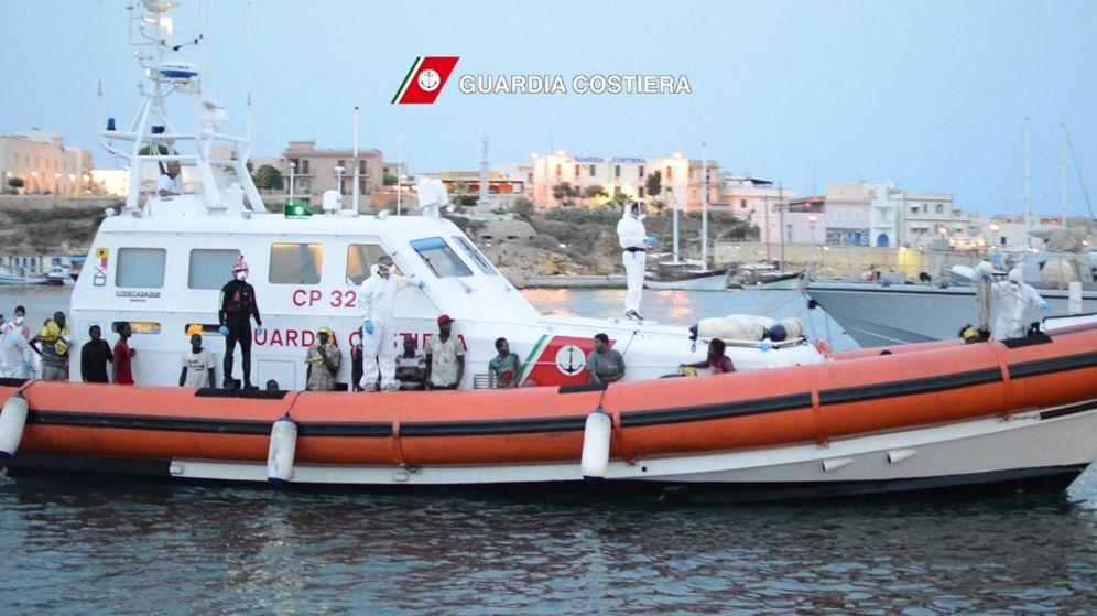 Foto: Embarcación de la guardia costera de Italia rescatando a varios inmigrantes libios. (Efe)