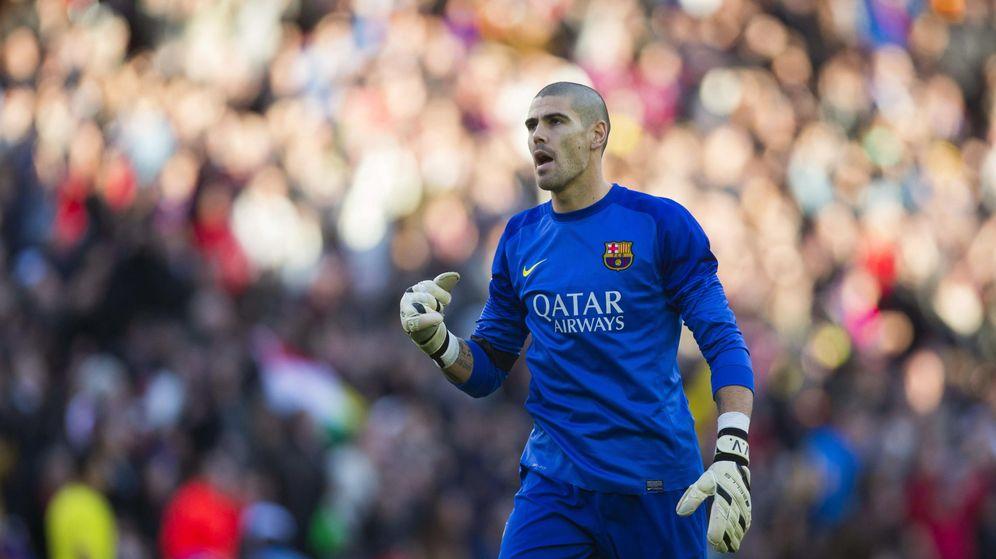 Foto: Víctor Valdés celebra un gol durante un partido con el Barcelona. (EFE)