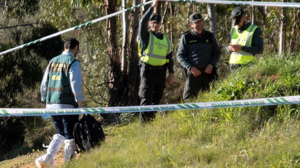 Foto: Efectivos de la Guardia Civil inspeccionan el paraje donde se ha encontrado el cadáver de Laura Luelmo. (EFE)