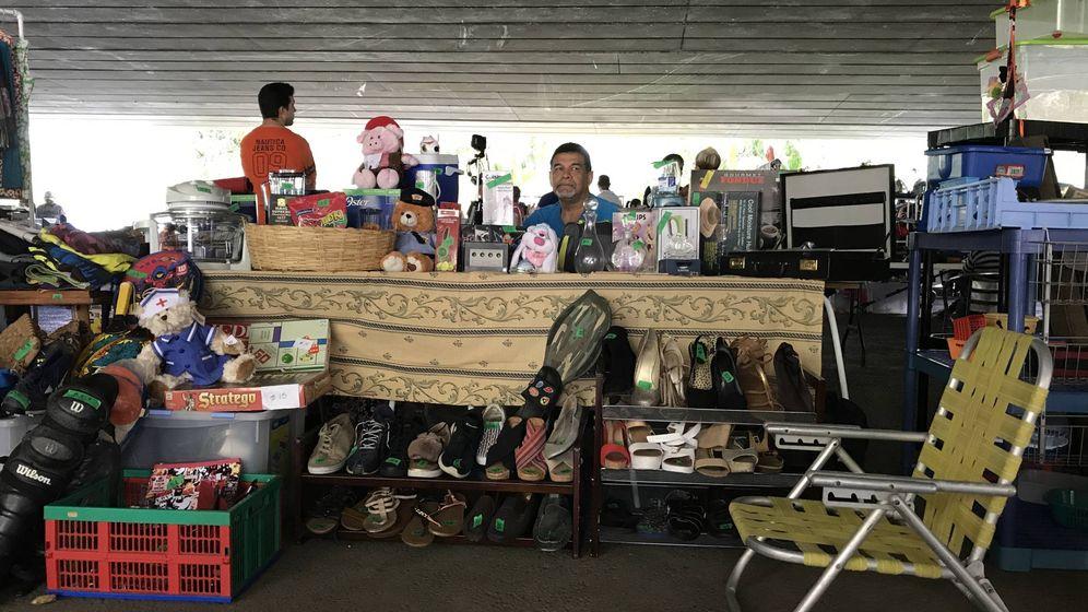 Foto: Un venezolano vende los enseres de toda una vida en el mercadillo informal. (Alicia Hernández)