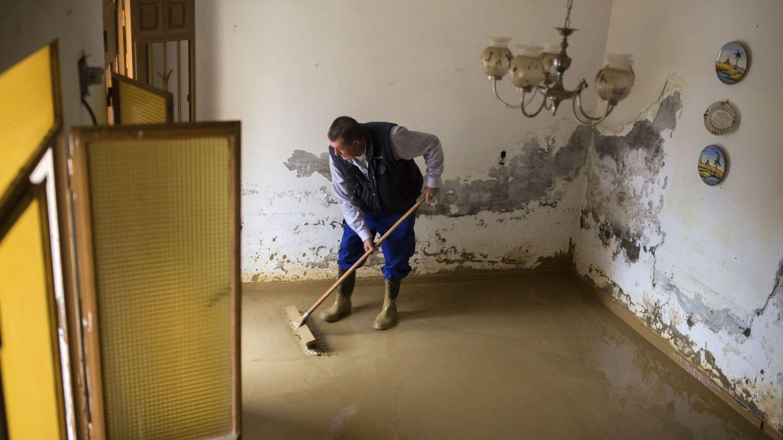 Foto: Labores de limpieza en las calles y casas de Cártama (Málaga), tras las fuertes lluvias del pasado fin de semana. (EFE)
