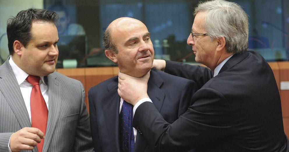 Foto: El presidente del Eurogrupo Jean-Claude Juncker (d) bromea con el ministro español de Economía, Luís de Guindos (c) ante la mirada del ministro holandés de Finanzas Jan Kees (i) (Efe)