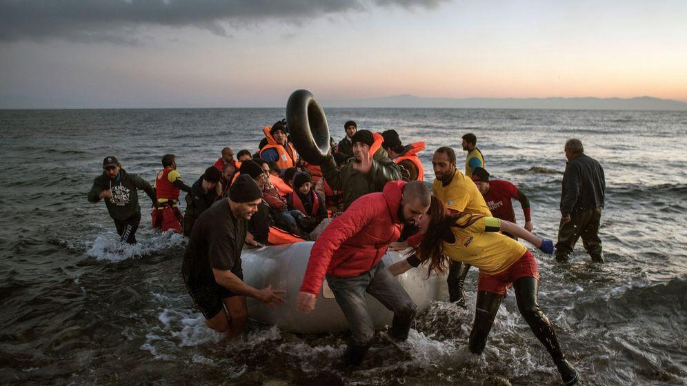 Foto: Fotografía facilitada por Save the Children de la llegada de refugiados a la costa de la isla griega de Lesbos. (EFE)