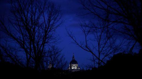La noche cae sobre la catedral de La Almudena