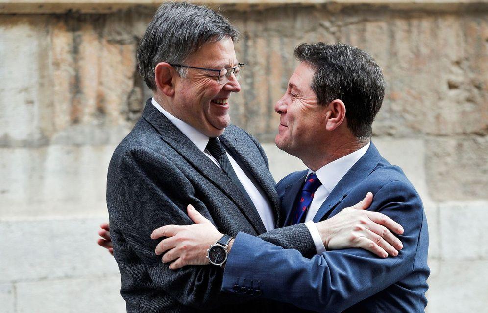 Foto: Los presidentes de Valencia y Castilla-La Mancha, Ximo Puig y Emiliano García-Page, se saludan a las puertas del Palau, este 20 de enero. (EFE)