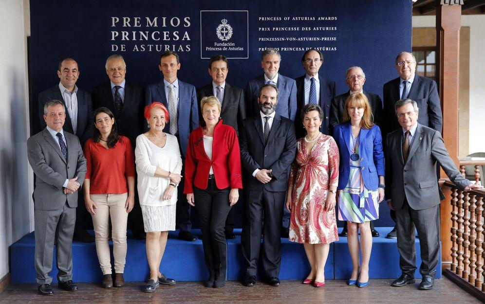 Foto: El jurado del Premio Princesa de Asturias de Cooperación Internacional 2017, presidido por el exministro de Asuntos Exteriores, Marcelino Oreja Aguirre. (EFE)