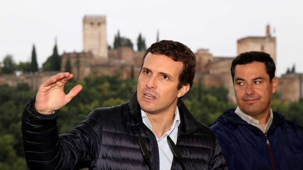 Foto: El presidente del Partido Popular, Pablo Casado (i) junto al líder en Andalucía de la formación Juanma Moreno, en Granada. (EFE)