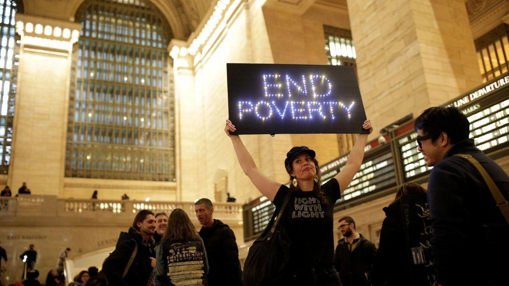 Foto: Protesta de mujeres contra la pobreza en Grand Central Station, en Nueva York. (Reuters)
