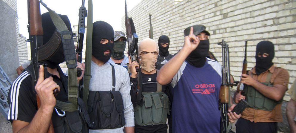 Foto: Milicianos suníes armados vinculados al ISIS patrullan las afueras de la ciudad de Faluya el pasado 28 de abril (Reuters).