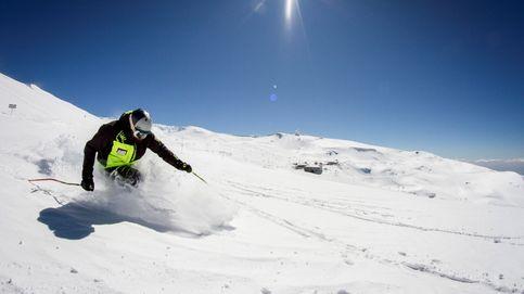 Cientos de esquiadores participan en la sexta bajada en bañador de Sierra Nevada