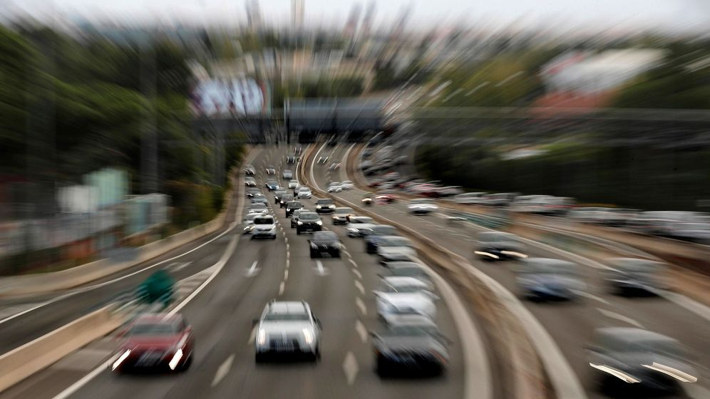 Foto: Movimiento en la salida de Madrid por la autopista A-6. (EFE)