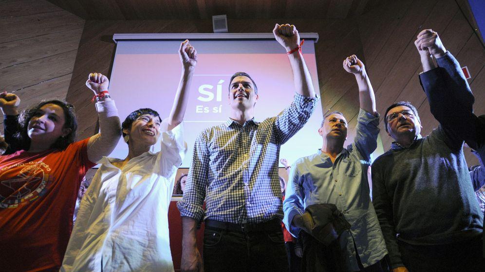 Foto: El ex secretario general del PSOE Pedro Sánchez, cantando 'La Internacional' este miércoles en Ourense. (EFE)