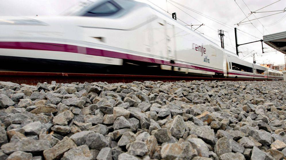 Foto: Imagen de uno de los trenes de alta velocidad (AVE) que unen Madrid y la Comunidad Valenciana. (EFE)