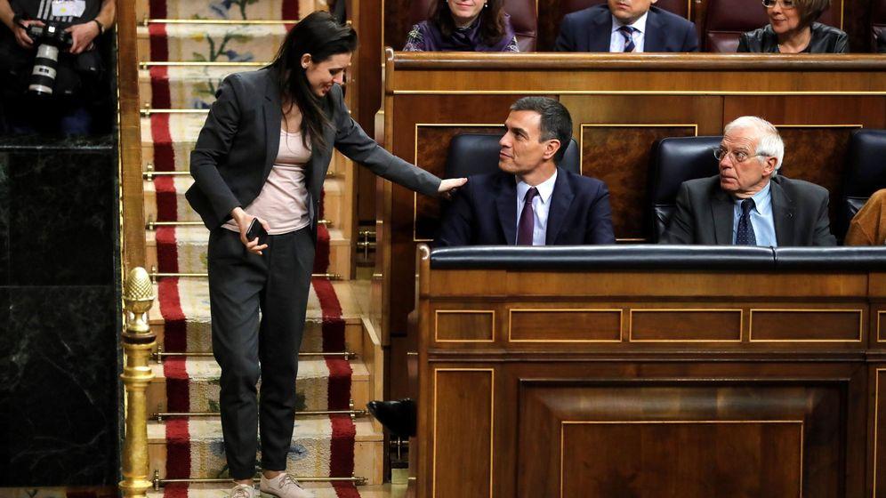 Foto: La portavoz de Unidos Podemos, Irene Montero, conversa con el presidente del Gobierno, Pedro Sánchez durante el debate de totalidad de los presupuestos. (EFE)